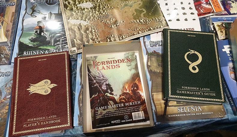 Spielmaterial zu Die Verbotenen Lande – Forbidden Lands